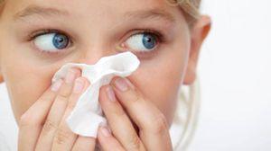 Una bambina con il raffreddore (foto iStock)