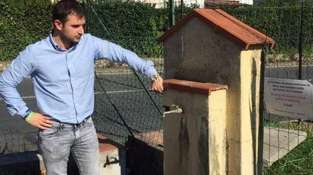 Il consigliere della Lega Luca Spilamberti alla fontanella utilizzata come toilette