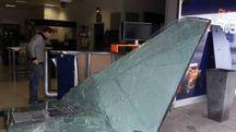 La vetrata sfondata dell'agenzia di scommesse in contrada Pace a Tolentino