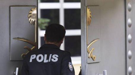 Polizia davanti al consolato saudita di Istanbul (Ansa)