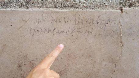 L'iscrizione con la nuova data dell'eruzione del Vesuvio (Ansa)