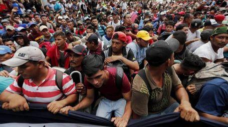 La Carovana partita dall'Honduras sfonda il confine col Guatemala (Ansa)