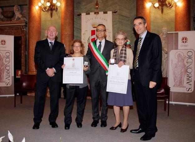 Abbondino d'oro a Bruna Lai Masciardi (destra) e alla presidente dell'associazione Osha-asp (sinistra) (Cusa)