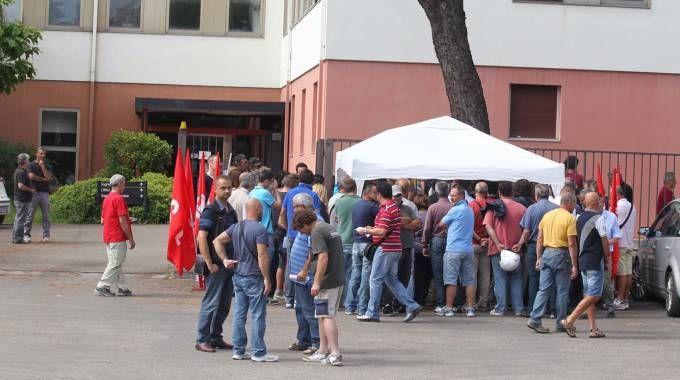 La protesta dei lavoratori della Cesi (foto Isolapress)