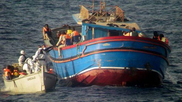 Sbarchi: migranti soccorsi al largo della Sicilia dagli uomini della Marina militare italiana (Ap)