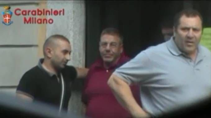 'Ndrangheta a Milano, un frame dei video dei carabinieri che ritrae Giulio Martino (polo grigia)