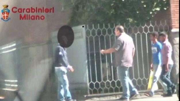 Giulio Martino (in maglia viola) minaccia uno dei suoi creditori in mezzo alla strada