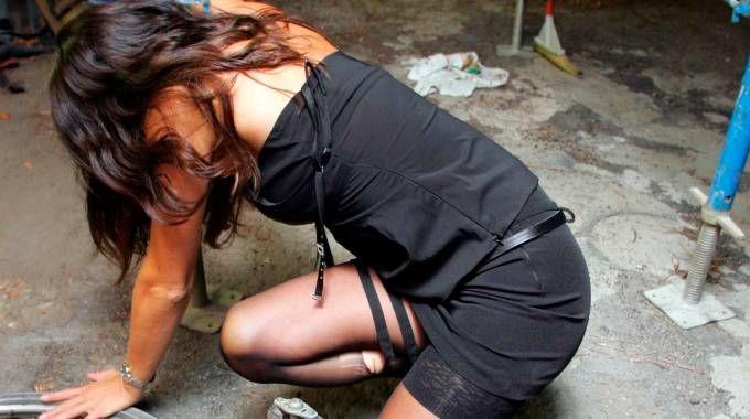 Una ragazza subisce una violenza (foto archivio)