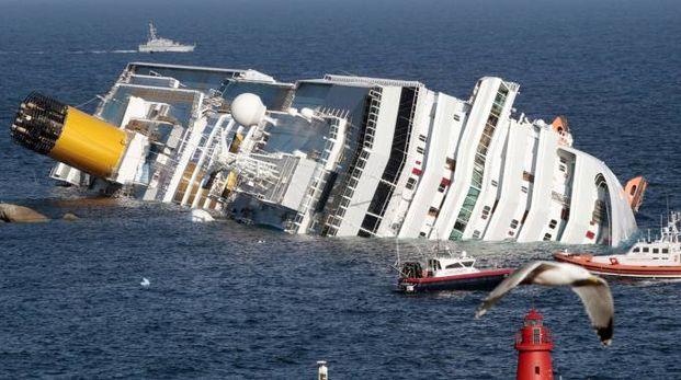 La Costa Concordia adagiata sugli scogli del Giglio