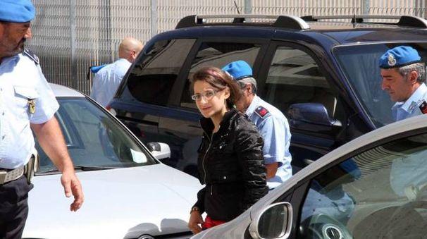 Katia Reginella scortata dagli agenti della polizia penitenziaria (foto La Bolognese)