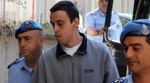 A PROCESSO Katia Reginella scortata dagli agenti della polizia penitenziaria e a sinistra il marito Denny Pruscino
