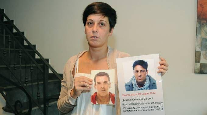 La sorella mostra le immagini dei due fratelli scomparsi  Da sin Salvatore Deiana e Antonio (Cusa)