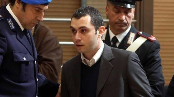 Claudio Grigoletto scortato da due agenti della polizia penitenziaria durante il processo (Fotolive)