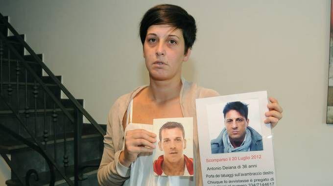 Antonella Deiana mostra le foto  dei fratelli scomparsi: da sinistra Salvatore e Antonio (Cusa)