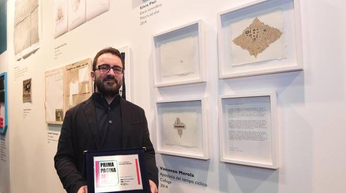 """Il primo premio Vincenzo Merola affianco alla sua opera """"L'Apostasia del tempo ciclico"""" (Schicchi)"""