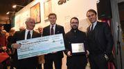 Il premio al primo classificato Vincenzo Merola
