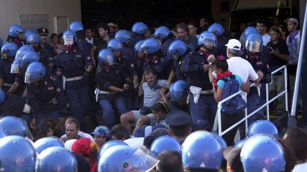 I manifestanti greci mentre vengono sollevati di peso dagli agenti del servizio d'ordine (FotoAntic)