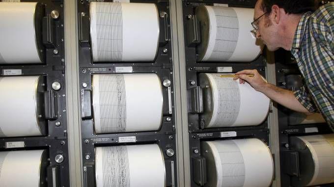 Un geologo dell'Istituto nazionale di geofisica e vulcanologia studia l'evoluzione del sisma (Ansa)