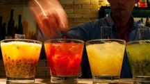 Barman a lavoro (Foto Reuters)