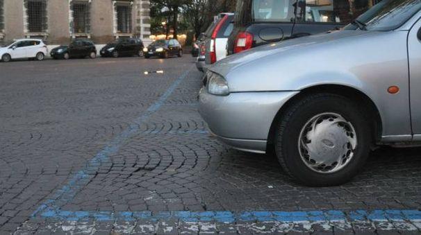 Parcheggio con strisce blu