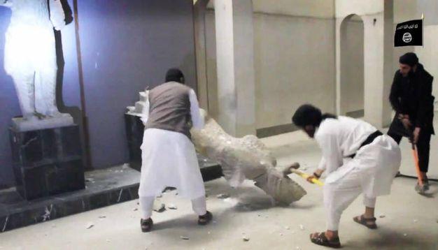 I terroristi dell'Isis distruggono una statua nel museo di Mosul, nord Iraq (Ansa)