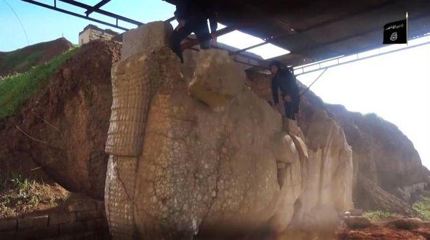 I terroristi dell'Isis distruggono la statua di Lamassu, una divinità assira, in Iraq (Ansa)
