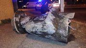 La statua a terra dopo l'incidente