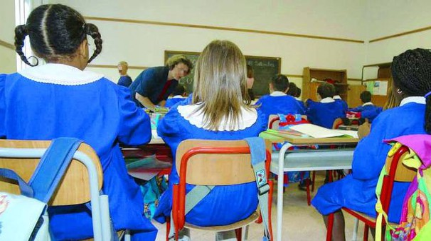 Bambini tra i banchi di scuola (foto Ravaglia)