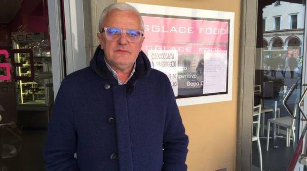 AFFARI Giulio Coti Zelati davanti al suo negozio di Crema