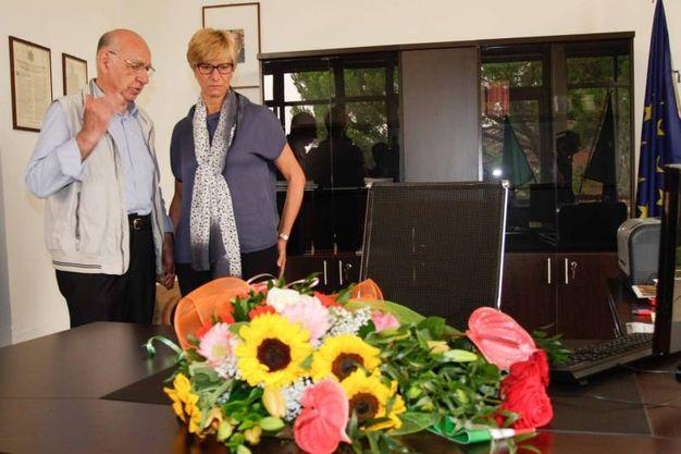 Una corona di fiori deposta sulla scrivania di Laura Prati, colpita l'1 luglio 2013 dallo sparo di un ex vigile di Cardano al Campo