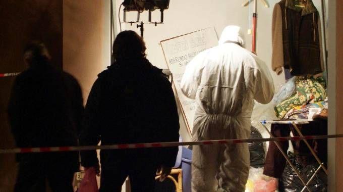 È il 31 ottobre 2007, i carabinieri setacciano il garage dove è stato trovato ucciso Ogliari