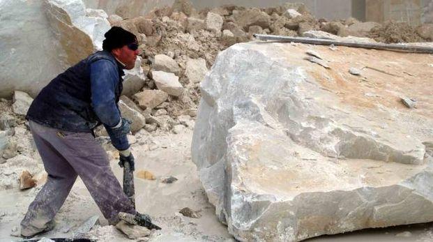 Una cava di marmo (Foto archivio)