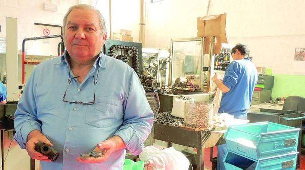 Giovanni Mattarelli in fabbrica con in mano i pezzi da 'lappare'