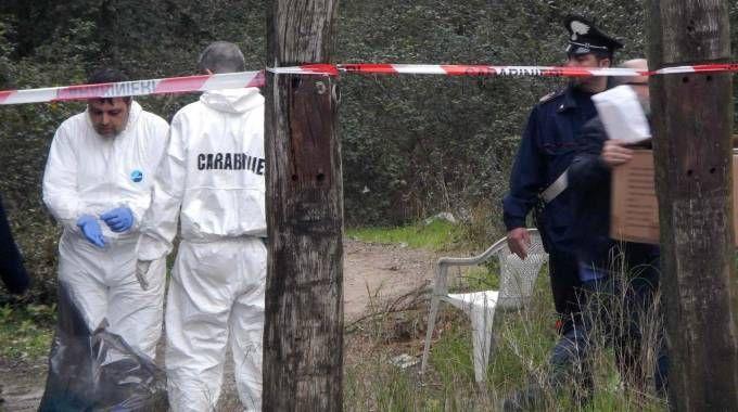 Gli inquirenti nella zona del delitto, dopo la scoperta del corpo di «Grazia la Nera»