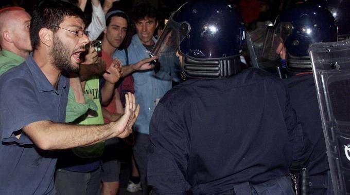 Gli scontri di Genova nel luglio 2001 (Ansa)