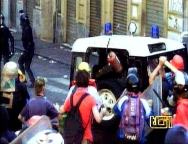 Le drammatiche immagini che precedono la morte di Carlo Giuliani durante i fatti del G8 di Genova (Ansa)
