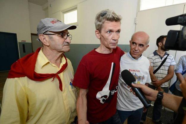 Arnaldo Cestaro (sinistra), Mark Covell (centro) e Vittorio Agnoletto tornano nel 2013  nella scuola Diaz dove avvenne l'irruzione  durante il G8 di Genova la notte del 21 luglio 2001 (Ansa)