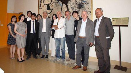 Estetista di Madonna e gruppo di giapponesi in visita al Moca (Goiorani)