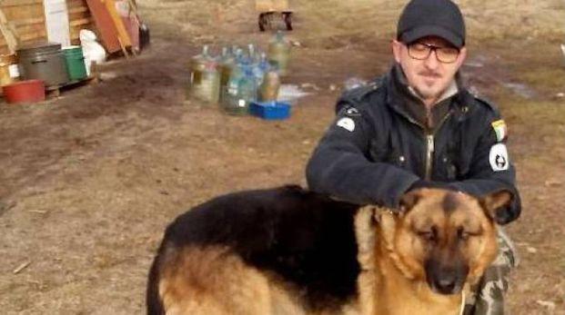 Andrea Cisternino con uno dei cani del rifugio