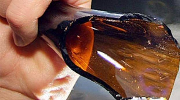 Una bottiglia rotta (Foto di repertorio Scardovi)