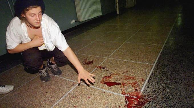Sangue sul pavimento della scuola Diaz (Ansa)