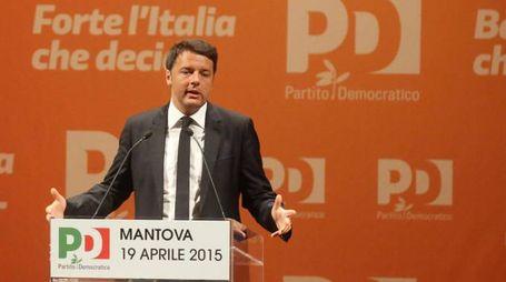 Matteo Renzi incontra il 19 aprile i sindaci dei 15 comuni del Mantovano più colpiti dal terremoto. Alcune decine di persone hanno contestato il presidente del Consiglio davanti al teatro sociale di Mantova