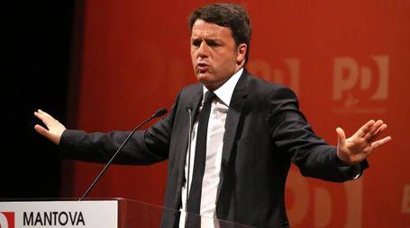 Il presidente del Consiglio, Matteo Renzi, durante l'apertura della campagna elettorale del Pd al Teatro Stabile di Mantova, 19 aprile 2015. ANSA/FILIPPO VENEZIA