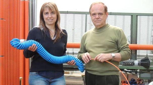 Silvia ed Ermanno Vescogni con una spirale in poliamide appena 'preformata'