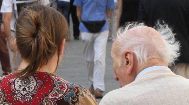 Un anziano con una badante (foto repertorio)