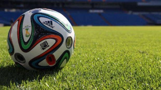 Un pallone in un campo da calcio