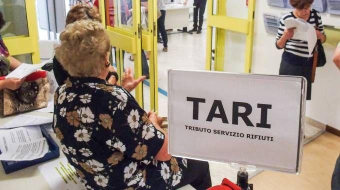 Cittadini in fila per pagare la Tari (Foto Bove)
