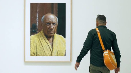 epa04427709 A man looks at a portrait of Spanish painter Pablo Picasso by US photographer David Douglas Duncan displayed at his photography exhibition  at the Picasso Museum in Barcelona, Spain, 02 October 2014. Up to 163 photographs of David Douglas Duncan, will be from today shown at the museum.  EPA/ANDREU DALMAU