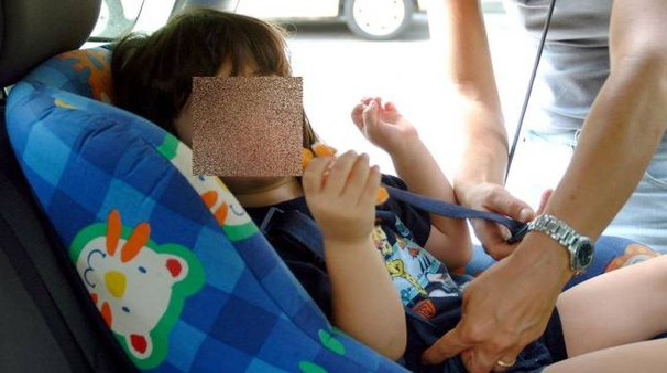 Bimba in auto