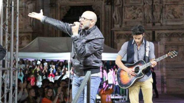Cagliani dal vivo sul palco davanti al Duomo